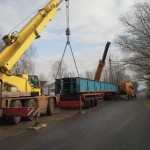 CELLDÖMÖLK vasúti híd trailerről vagonra daruzása (1)