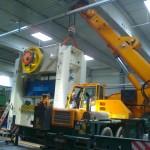 Ajkai Elektronikai Kft. 65 tonnás présgép levétele trailerről, csarnokba telepítése (4)