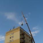 Ajka 8 emeletes tetejéről elektromos berendezések ledaruzása